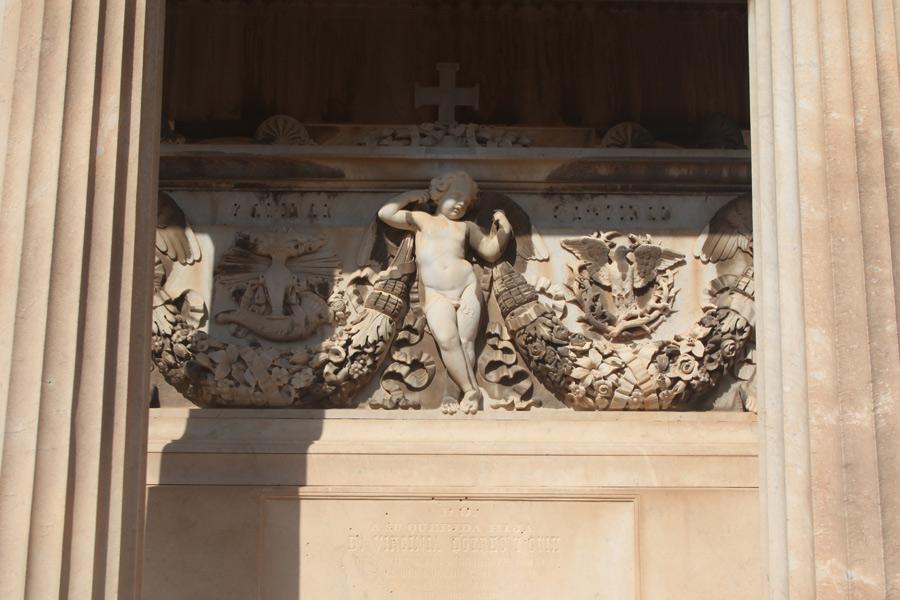 Ornamentos en el panteón de Virginia Dotres. Museo del Silencio. Cementerio General de Valencia