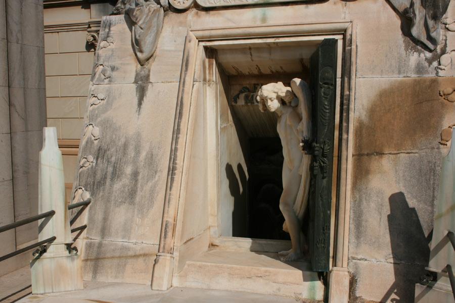 Angel de Benlliure en la puerta del panteon de la familia Moroder. Museo del Silencio. Cementerio General de Valencia