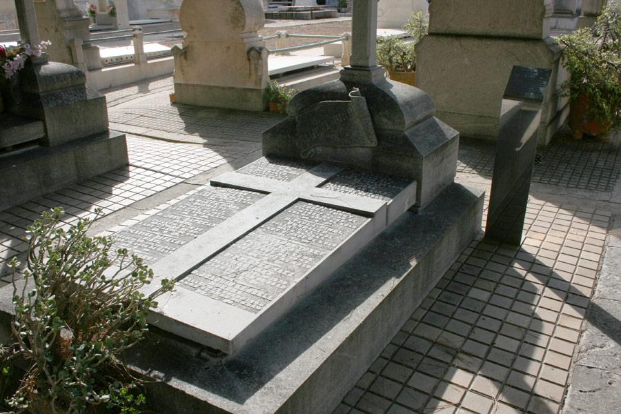 losa de la tumba de Salvador Tuset en Museo del Silencio de JC media y Cementerio General de Valencia