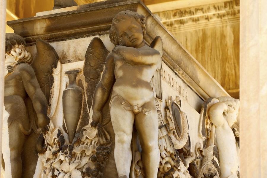 Detalle ornamentos panteón Virginia Dotres. Museo del Silencio. Cementerio General de Valencia